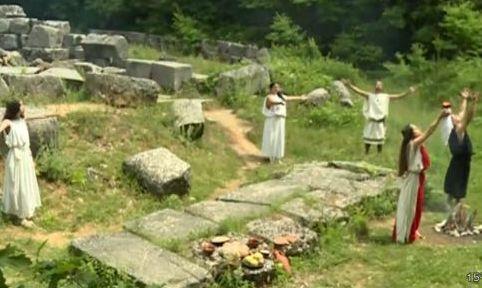 turisti-brodyat-iz-gorite-krai-malko-tarnovo-zaradi-magicheski-rituali-video