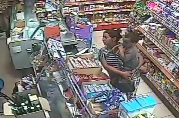 3822eeeee33 Позор! Майка с бебе на ръце краде пари от магазин в бургаския ж. к.