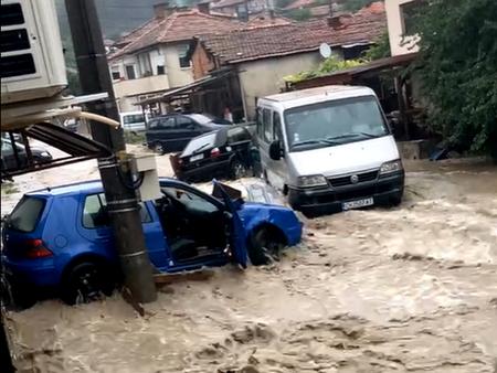 Воден апокалипсис в Котел: Страшна буря удари града, превърна улиците в реки и наводни къщи (ВИДЕО)